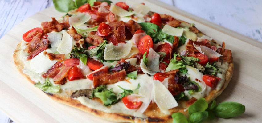 Alfredo BLT pizza