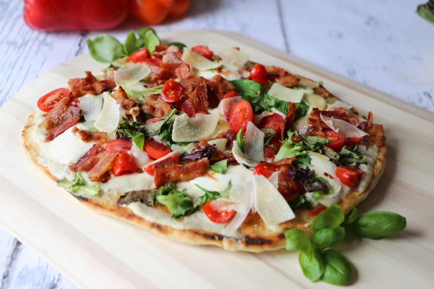 Alfredo BLT pizza