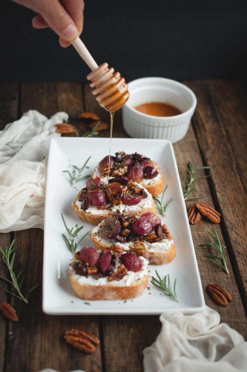 crostini-with-roasted-grapes-goat-cheese-and-pecans